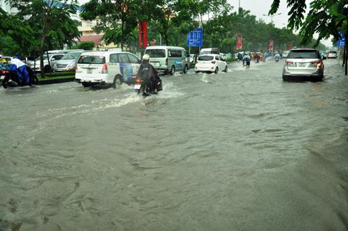 Mưa không lớn, đường vào Tân Sơn Nhất vẫn ngập sâu - 12