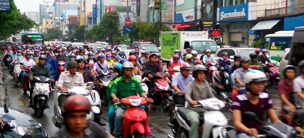 Mưa không lớn, đường vào Tân Sơn Nhất vẫn ngập sâu - 14