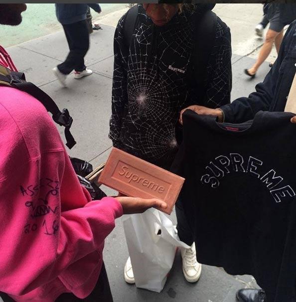 Dân sành mốt đổ xô đi mua cục gạch với giá đắt khó tin - 11