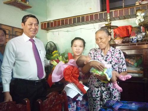 Đà Nẵng: Thí điểm trao giấy khai sinh tận nhà cho trẻ - 1