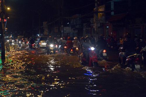 Người Sài Gòn không dám về nhà vì sợ ngập nước, kẹt xe - 2