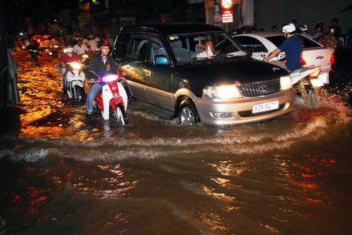 Người Sài Gòn không dám về nhà vì sợ ngập nước, kẹt xe - 1