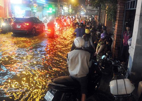 Người Sài Gòn không dám về nhà vì sợ ngập nước, kẹt xe - 4