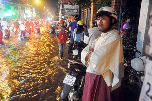 Người Sài Gòn không dám về nhà vì sợ ngập nước, kẹt xe - 5