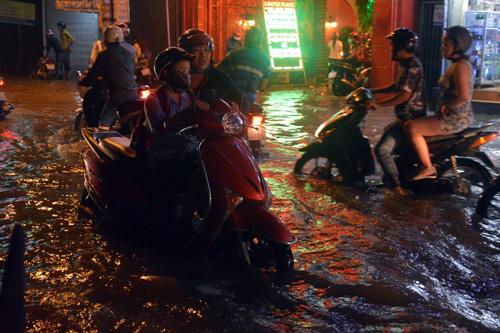 Người Sài Gòn không dám về nhà vì sợ ngập nước, kẹt xe - 3