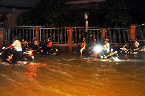 Người Sài Gòn không dám về nhà vì sợ ngập nước, kẹt xe - 6