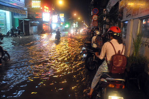Người Sài Gòn không dám về nhà vì sợ ngập nước, kẹt xe - 7