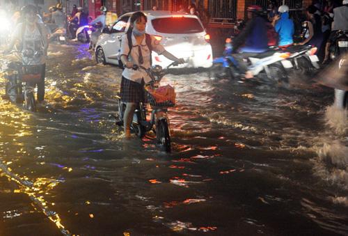 Người Sài Gòn không dám về nhà vì sợ ngập nước, kẹt xe - 8