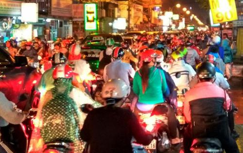 Người Sài Gòn không dám về nhà vì sợ ngập nước, kẹt xe - 14