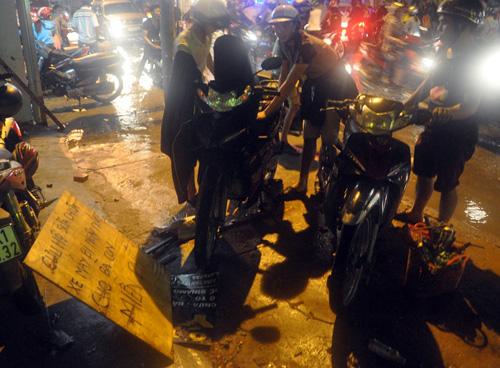 Người Sài Gòn không dám về nhà vì sợ ngập nước, kẹt xe - 12