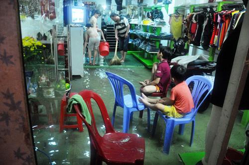 Người Sài Gòn không dám về nhà vì sợ ngập nước, kẹt xe - 10