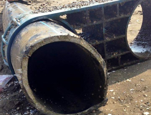 """Nghệ An: Vớt được đường ống """"khủng"""" nghi ống xả thải - 1"""