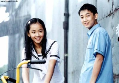 """""""Người tình nhí"""" của Song Hye Kyo khác lạ sau 13 năm - 1"""