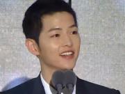 """""""Người tình"""" Song Hye Kyo rưng lệ nhận giải thưởng lớn"""