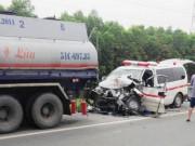 Tin tức trong ngày - Xe cấp cứu đâm cực mạnh xe bồn, 4 người thương vong