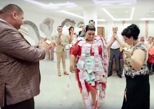 Choáng với chiếc váy phủ đầy vàng của cô dâu béo - 3