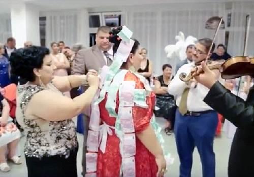 Choáng với chiếc váy phủ đầy vàng của cô dâu béo - 4
