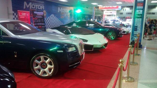 Đây là một trong những lần hiếm hoi người dân Lào được thấy nhiều siêu xe, xe siêu sang  xếp hàng ngay ngắn  cạnh nhau như vậy. Nhìn vào dàn siêu xe này, dường như Lamborghini, Mercedes-Benz, Bentley, Rolls-Royce là những hãng xe đắt tiền được các đại gia Lào ưa thích.