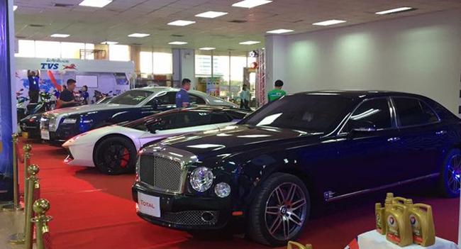 Dàn xe đắt tiền thu hút sự chú ý của đa số khách tham dự triển lãm.