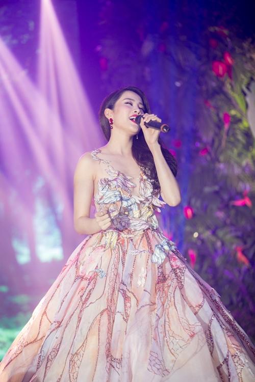 Nam Em khoe loạt đầm gợi cảm sẽ mặc tại Miss Earth - 6