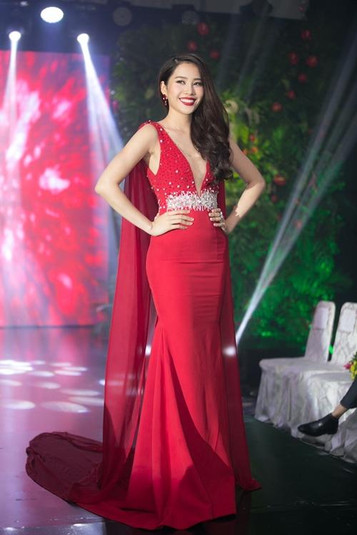 Nam Em khoe loạt đầm gợi cảm sẽ mặc tại Miss Earth - 10
