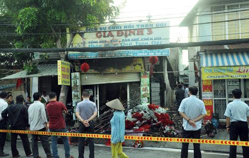 Cháy tiệm cưới hỏi, 2 vợ chồng và con gái nhỏ tử vong - 1