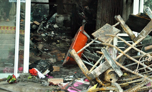 Vụ cháy tiệm cưới hỏi: Mẹ ôm con chết trong lửa đỏ - 2