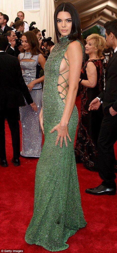 1001 kiểu mặc váy khoe vòng 1 gợi cảm của sao Hollywood - 6