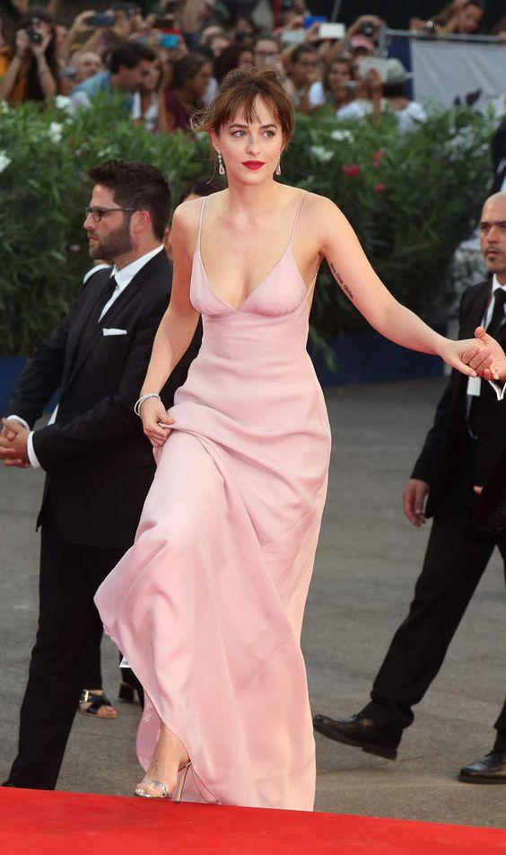 1001 kiểu mặc váy khoe vòng 1 gợi cảm của sao Hollywood - 20