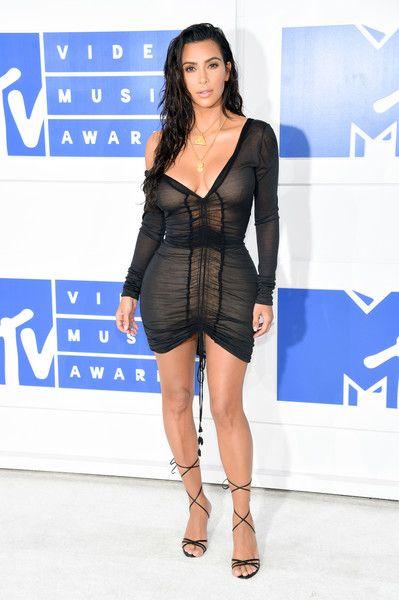 1001 kiểu mặc váy khoe vòng 1 gợi cảm của sao Hollywood - 21