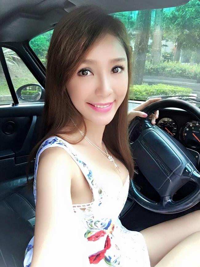 Mới đây, Sina đưa tin nữ diễn viên gốc Việt Helen Thanh Đào tổ chức họp fan tại Đài Bắc (Đài Loan) và được một người đàn ông tặng chiếc túi xách hàng hiệu trị giá 3000 USD.