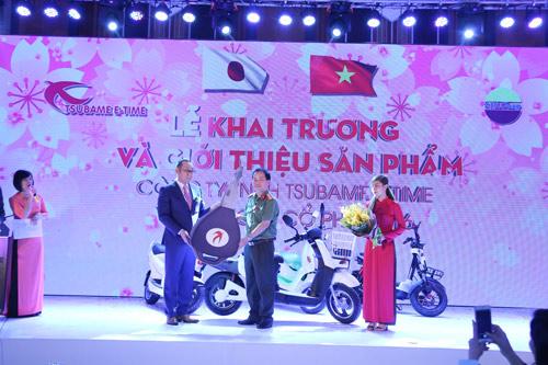 Tsubame E-time mạnh tay tặng 100 xe máy điện cho Công an Hà Nội - 2
