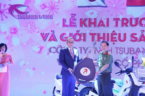 Tsubame E-time mạnh tay tặng 100 xe máy điện cho Công an Hà Nội - 4