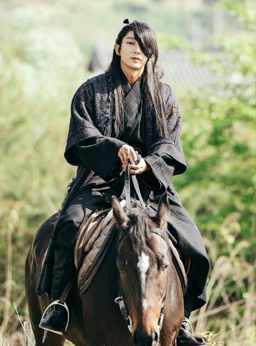 """Lee Jun Ki khiến màn ảnh Hàn """"sục sôi"""" bởi vẻ lạnh lùng - 4"""