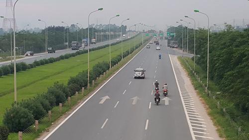 Xe máy vào đường cấm, phóng bạt vía ở đại lộ Thăng Long - 1