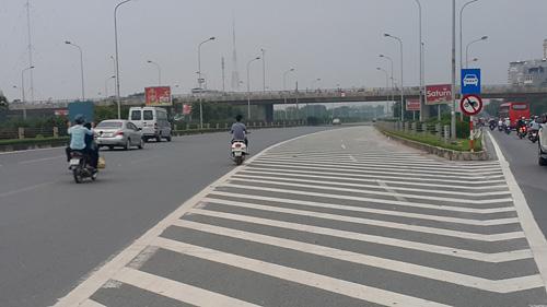 Xe máy vào đường cấm, phóng bạt vía ở đại lộ Thăng Long - 2