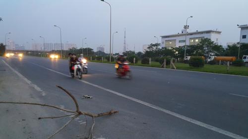 Xe máy vào đường cấm, phóng bạt vía ở đại lộ Thăng Long - 3