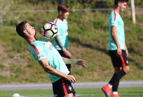 """Ronaldo """"luyện công"""" chờ vùi dập hai đội nhược tiểu - 1"""