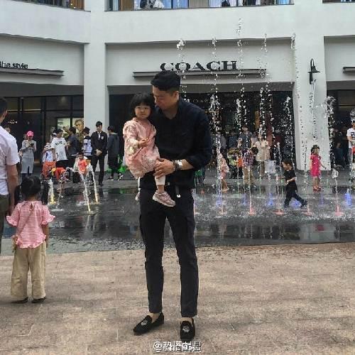 """Ông bố cao gần 2m """"gây sốt"""" khi chụp ảnh cùng con gái - 4"""