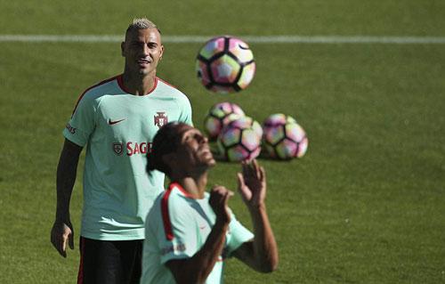 """Ronaldo """"luyện công"""" chờ vùi dập hai đội nhược tiểu - 8"""