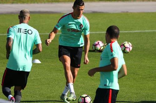 """Ronaldo """"luyện công"""" chờ vùi dập hai đội nhược tiểu - 3"""