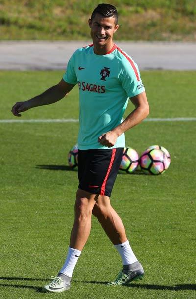 """Ronaldo """"luyện công"""" chờ vùi dập hai đội nhược tiểu - 4"""