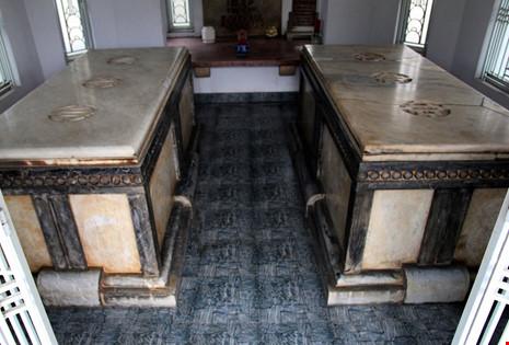 Độc đáo hai mộ cổ xây bằng đá cẩm thạch nhập từ Pháp - 6