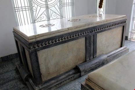 Độc đáo hai mộ cổ xây bằng đá cẩm thạch nhập từ Pháp - 7