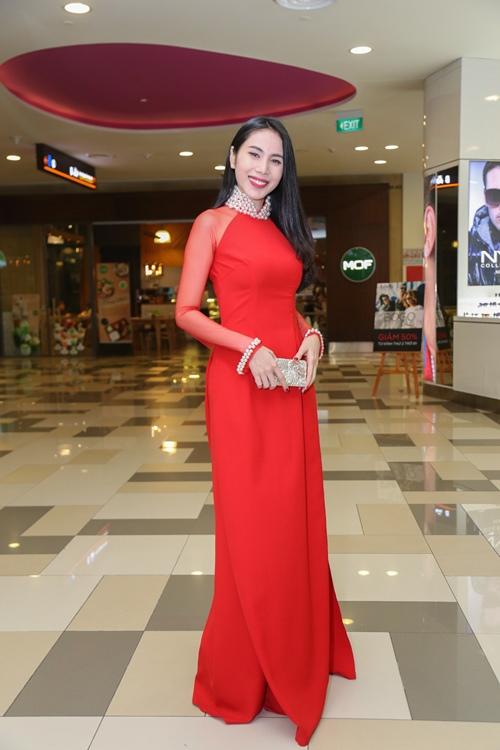 Thủy Tiên nổi bật với áo dài đỏ trong lễ ra mắt phim - 1