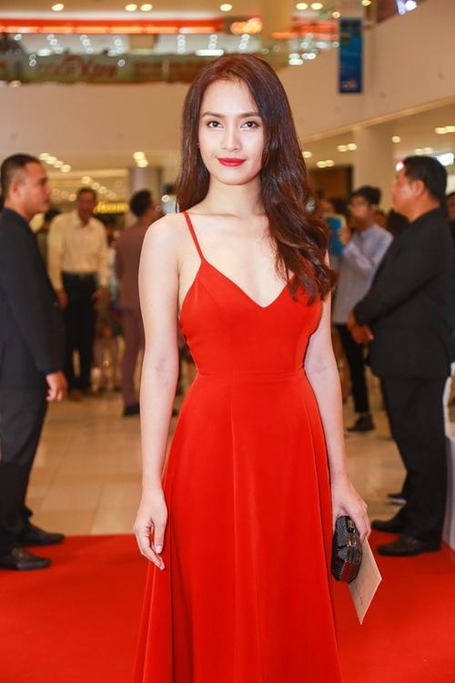 Thủy Tiên nổi bật với áo dài đỏ trong lễ ra mắt phim - 11