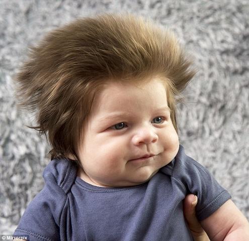 Cậu bé Anh nổi tiếng vì mái tóc dựng đứng như điện giật - 6