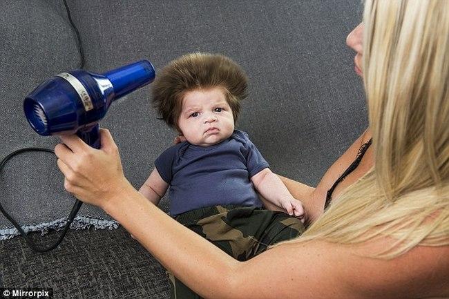 Cậu bé Anh nổi tiếng vì mái tóc dựng đứng như điện giật - 3