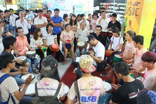 Quà tặng cho tín đồ yêu nhạc tại showroom nhạc cụ lớn nhất Việt Nam - 3