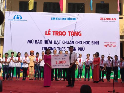 Honda VN tặng mũ bảo hiểm cho các em học sinh tại tỉnh Thái Bình & Phú Thọ - 1